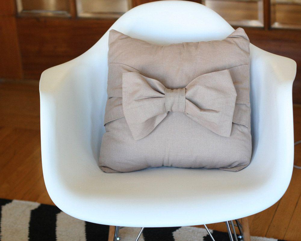 DIY Big Bow Pillow
