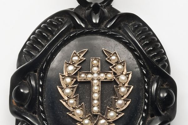 Laurel and cross pearl inlayed mourning pendant