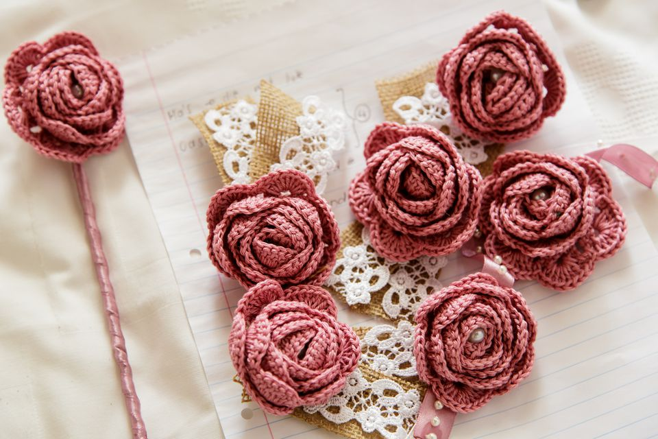 Pink crochet roses with hesium squares with white lace