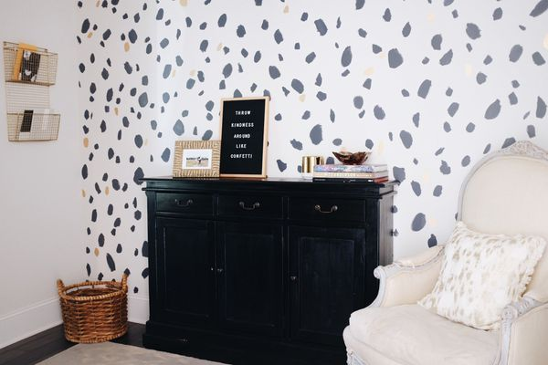 Wallpaper with a white background and black asymmetrical dots.