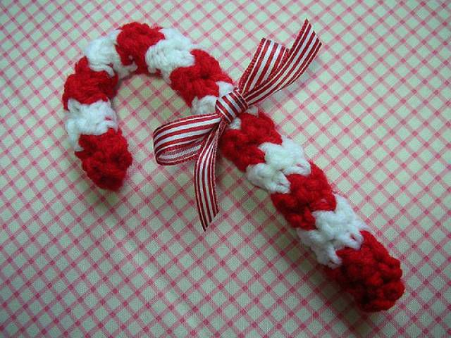 Candy cane Christmas ornament free crochet pattern