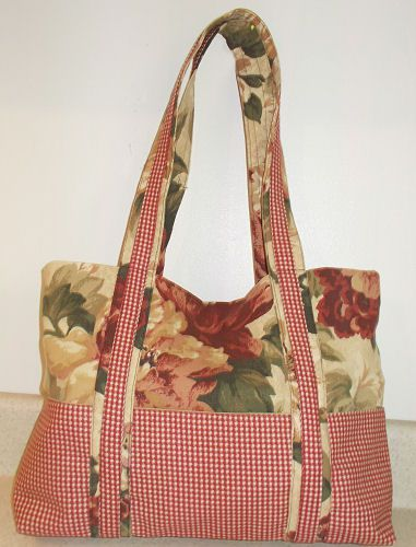Free pattern to sew this two tone hand bag with lots of pockets
