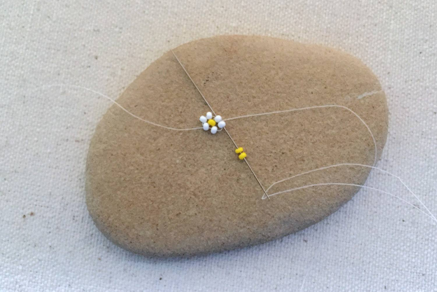 Making the second flower on a beaded daisy chain