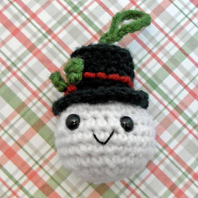 Snowman head Christmas ornament free crochet pattern