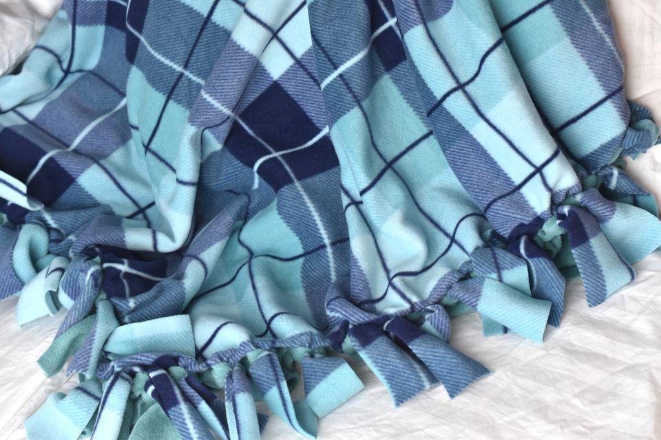 diy fleece knotted blanket