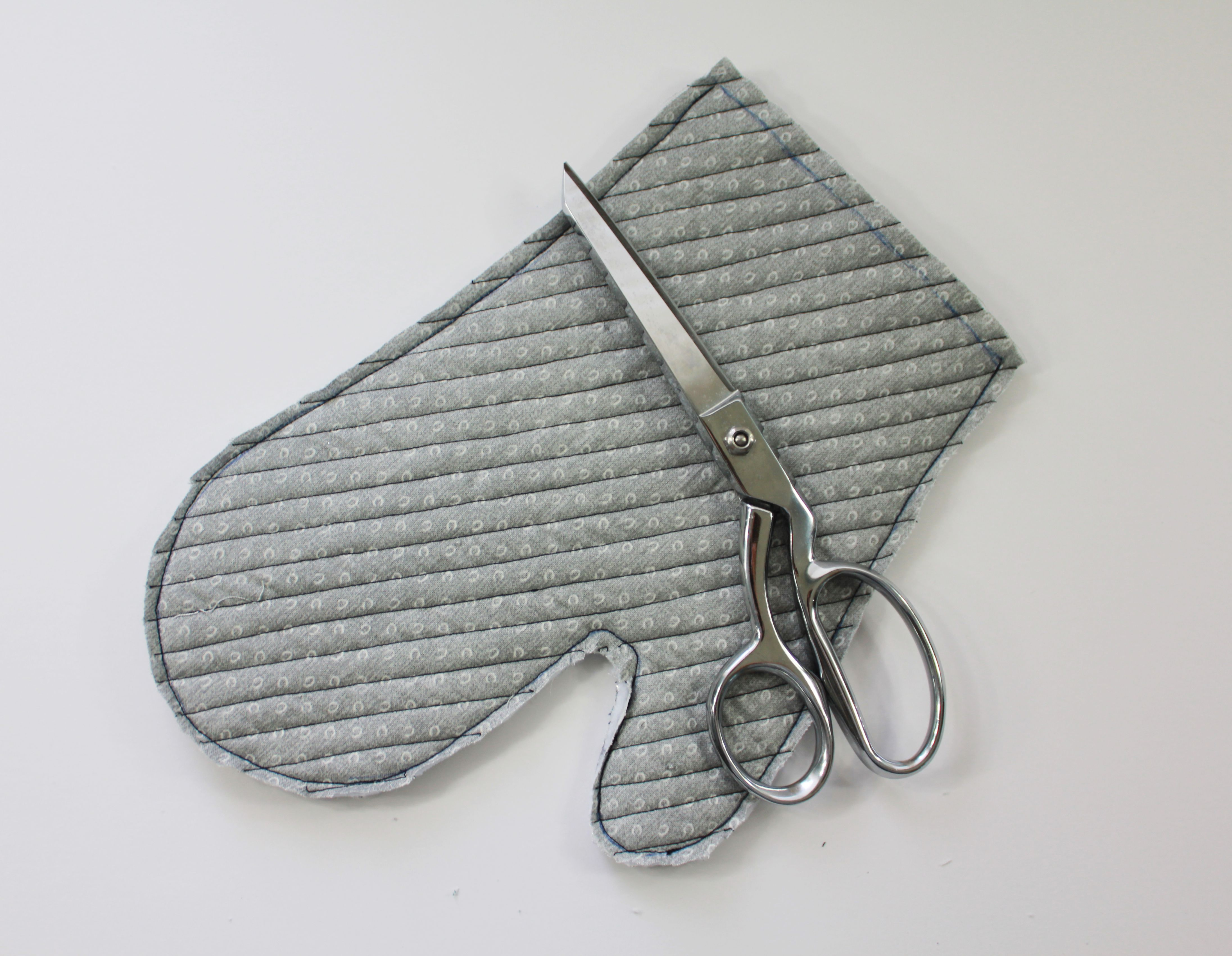 An oven mitt and a pair of scissors