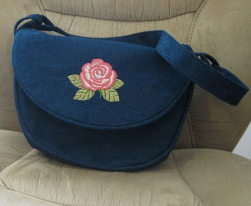 Saddlebag style pocketbook made with these free directions and pattern.
