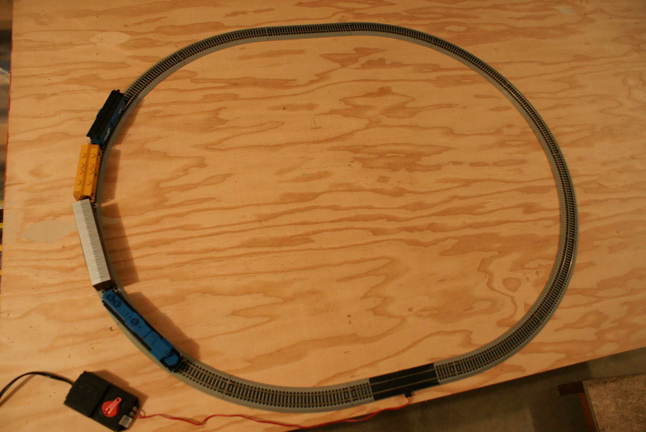 A simple train track circuit
