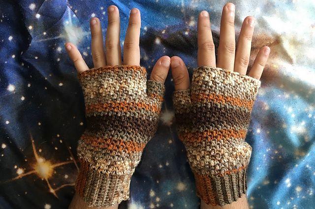 Griddle Stitch Fingerless Gloves Free crochet Pattern