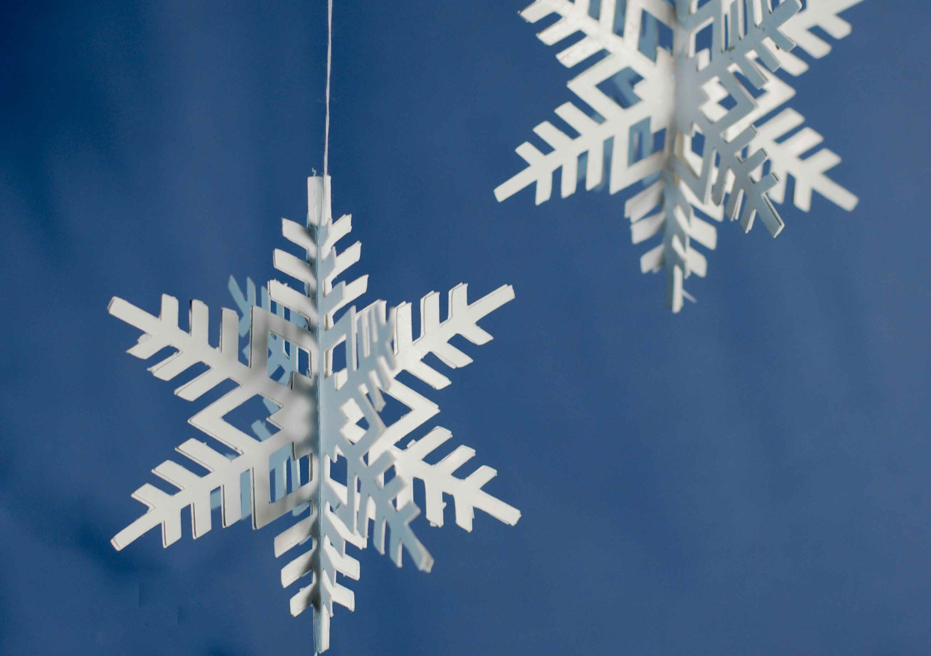 11 Pretty Paper Christmas Ornaments and Crafts