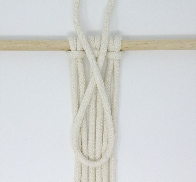Starting the gathering knot in macrame
