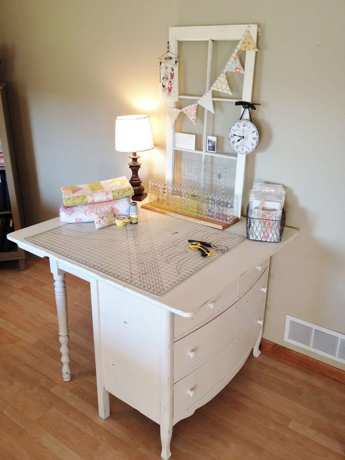 A cutting table in white with a lamp