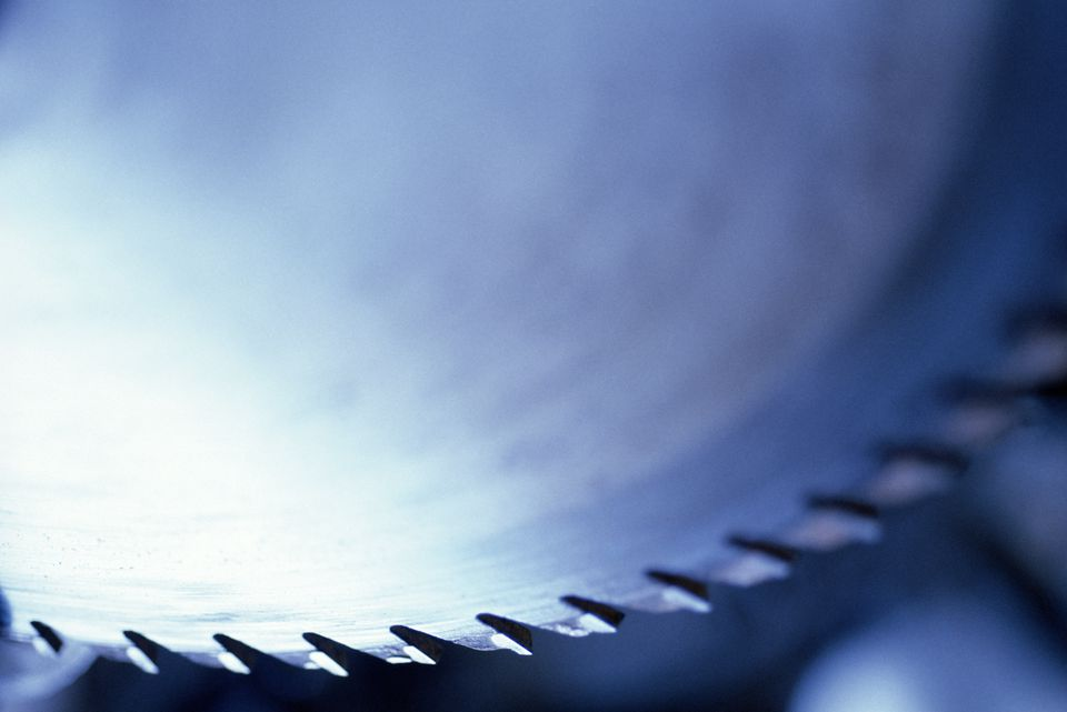 CLOSE UP OF A POWER SAW