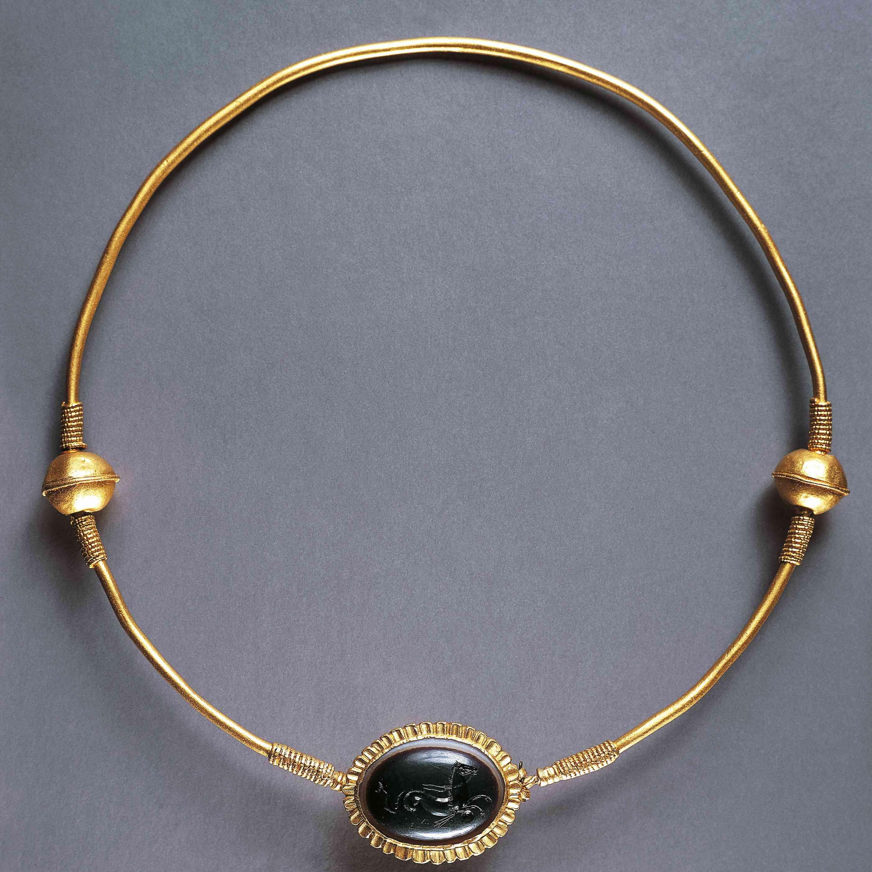 Goldsmithery, gold collar with sardonyx medallion