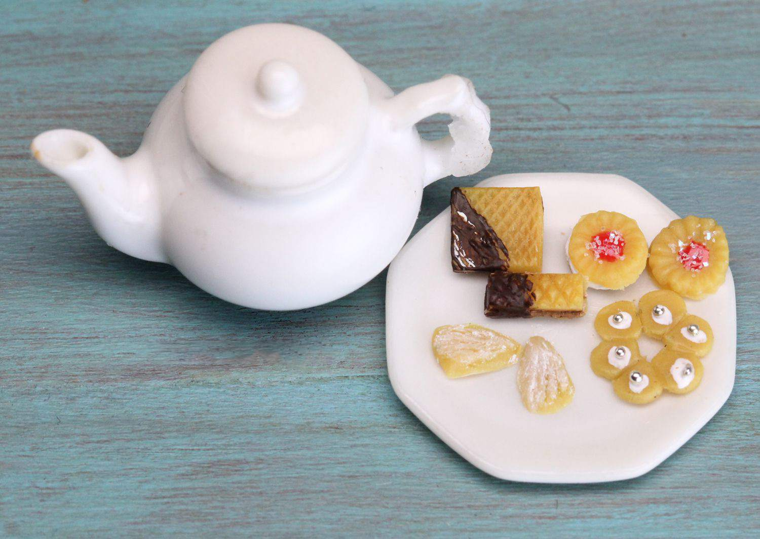 Distinctively textured and shaped mini cookies