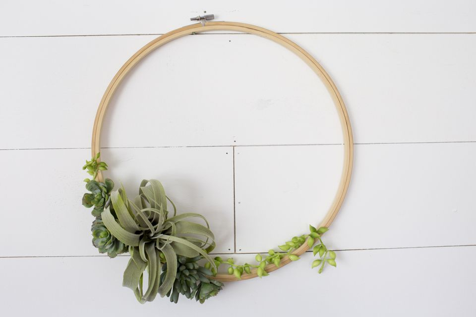 Simple, minimalist succulent wreath