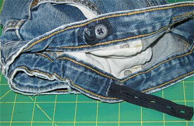Buttonhole elastic in children's jeans