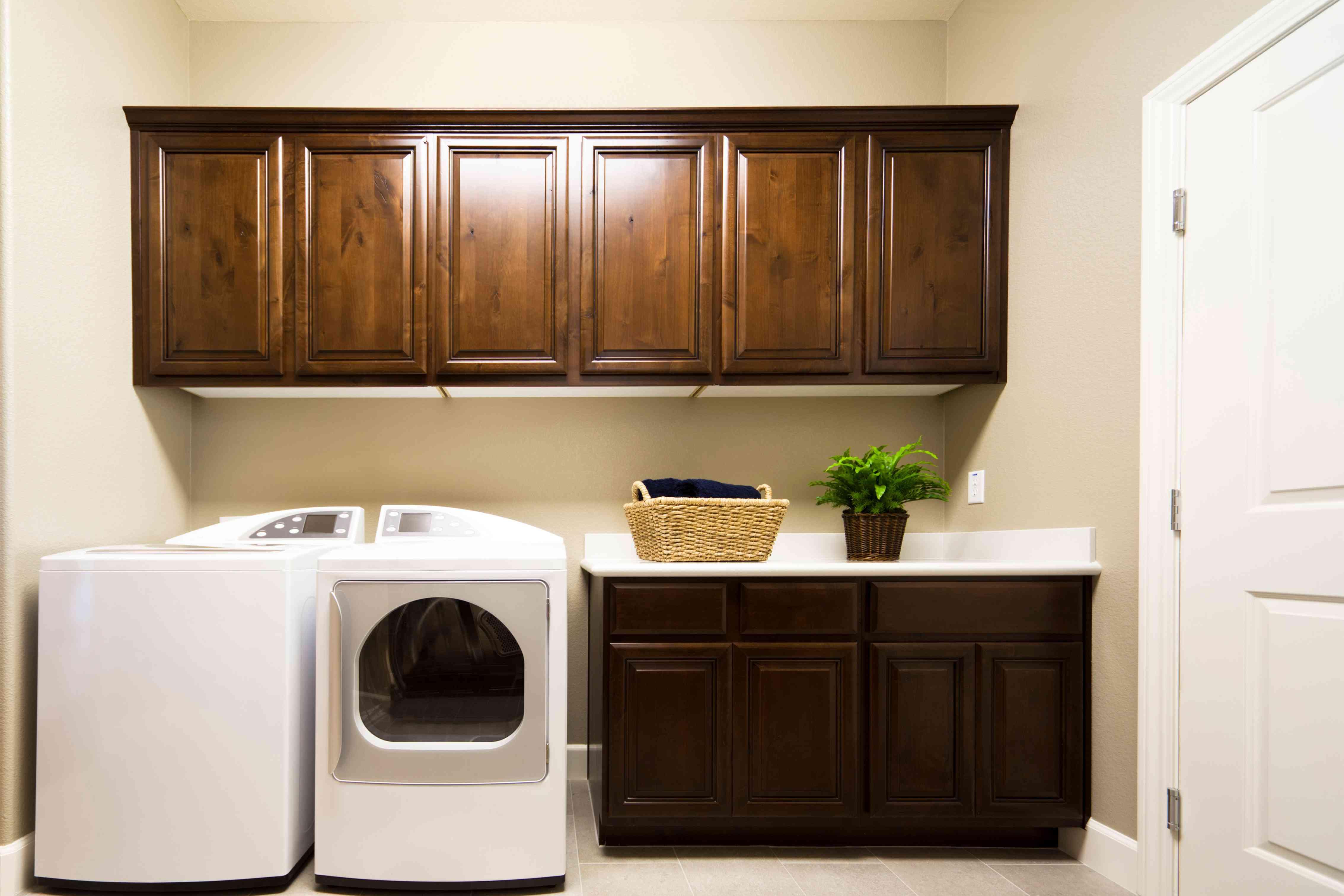 A laundry room full of cove raised panels