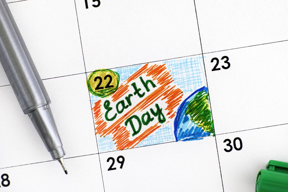 Reminder Earth Day in calendar with green pen.