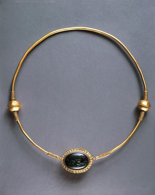 Goldsmithery, gold collar with sardonyx medallion