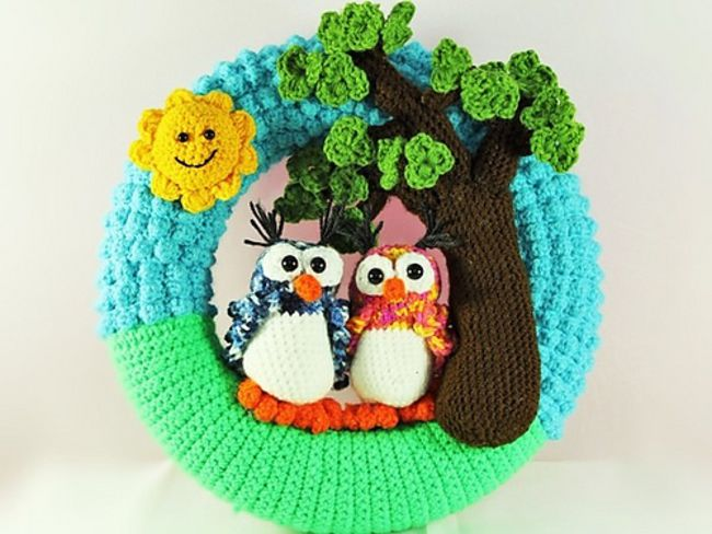 Celebrate love with this spring crochet owl wreath