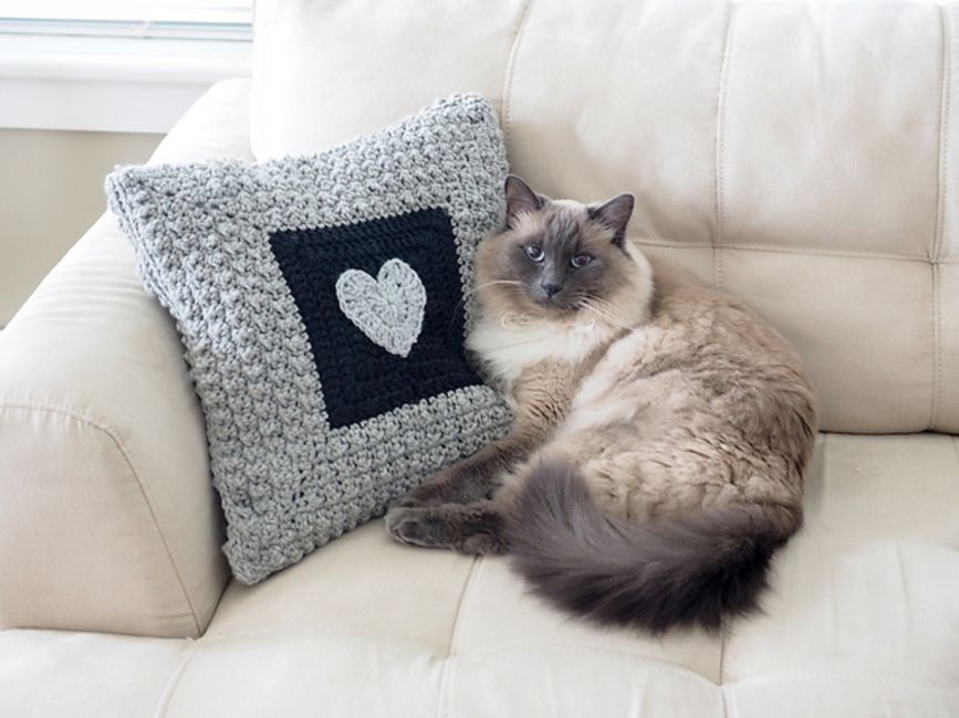 Free filet crochet pattern pillow with cat 120 squares - free ... | 650x867