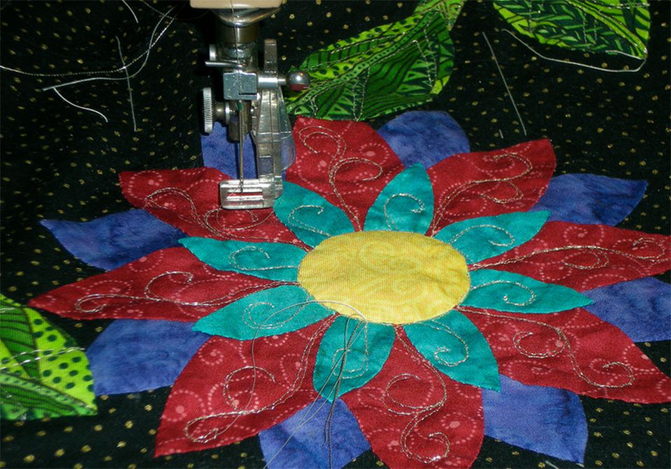 Machine quilting sewing sewing a flower pattern.