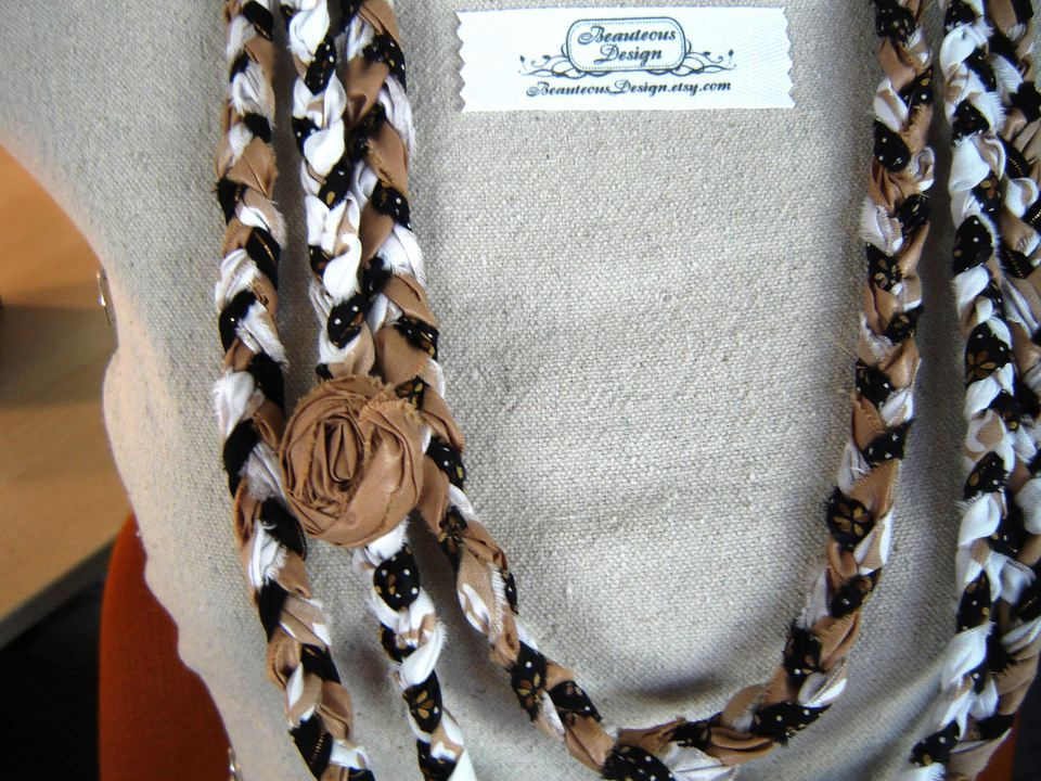 Fabric necklace on manequinn