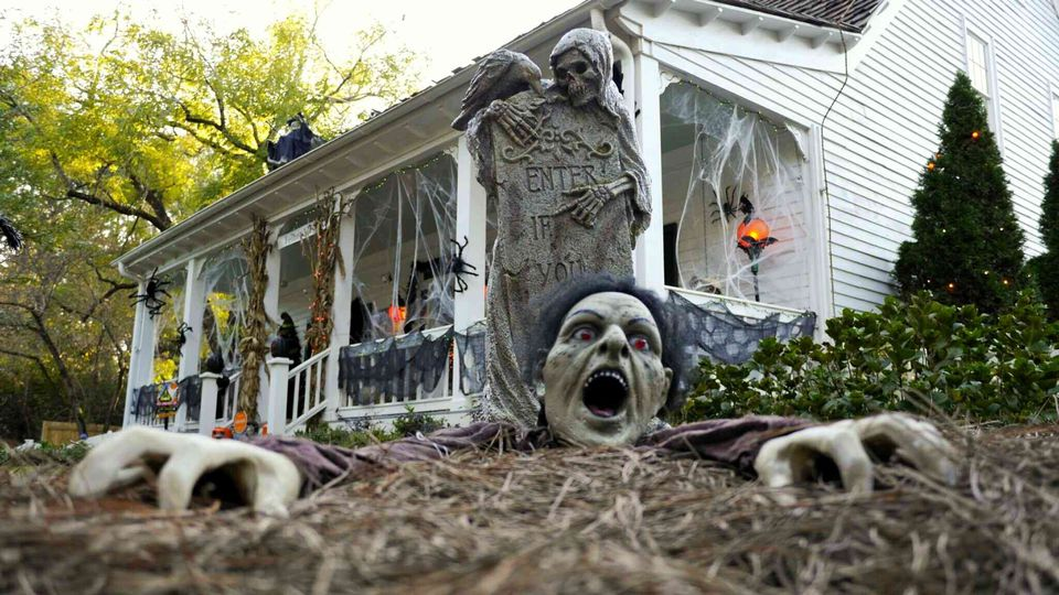 Front yard Halloween decorations