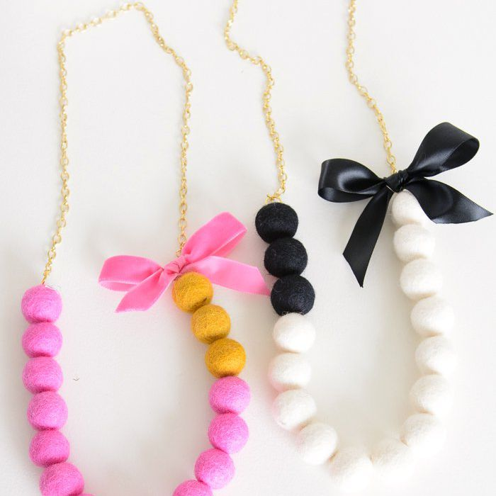 pom pom necklace tutorial