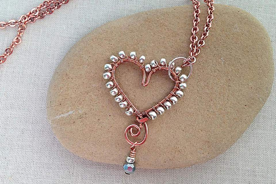 Heart wire pendant with beaded edge