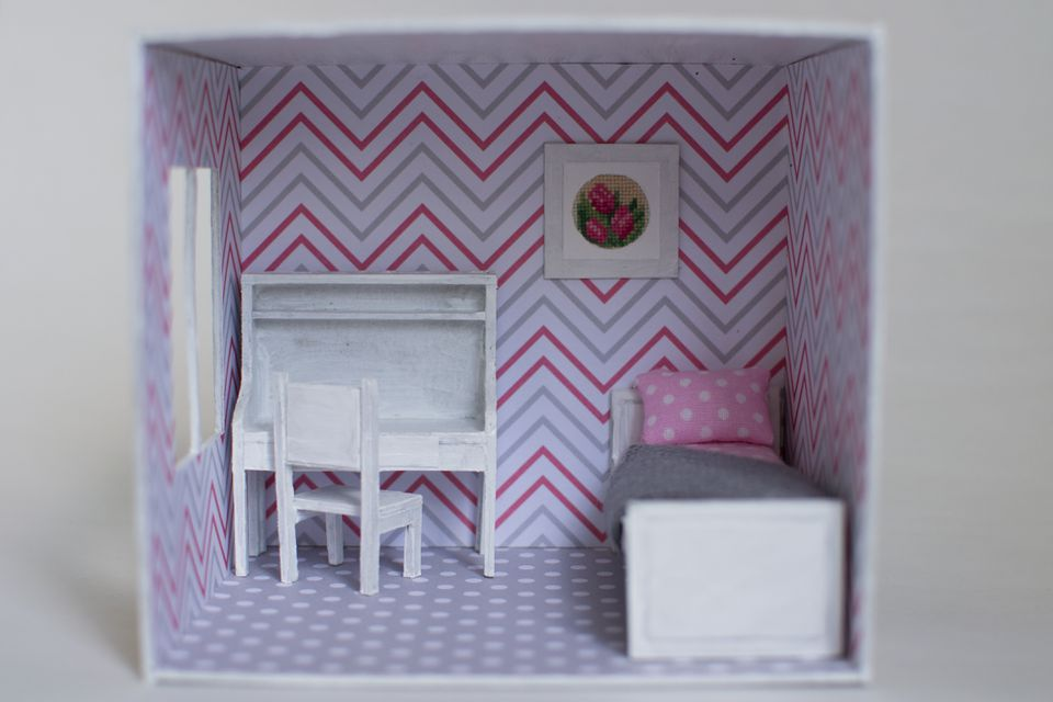 Roombox girl's room on a smaller scale