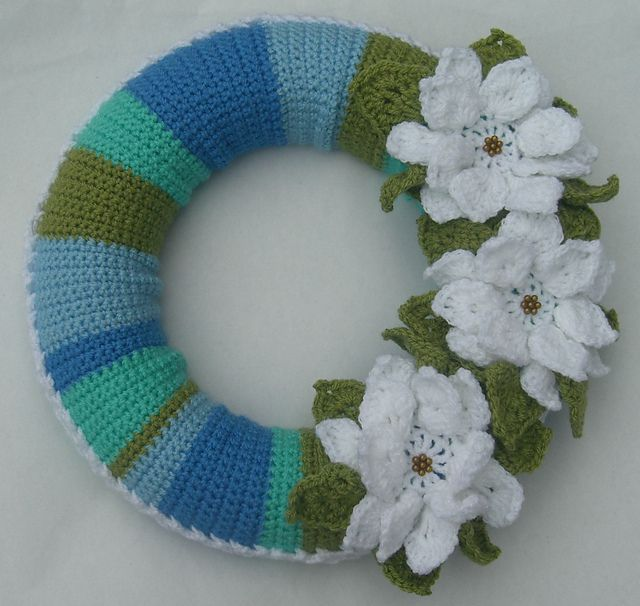Big flowers bring springtime to this crochet wreath.