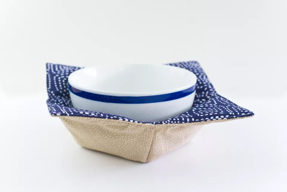 A microwave pot holder with a bowl in it