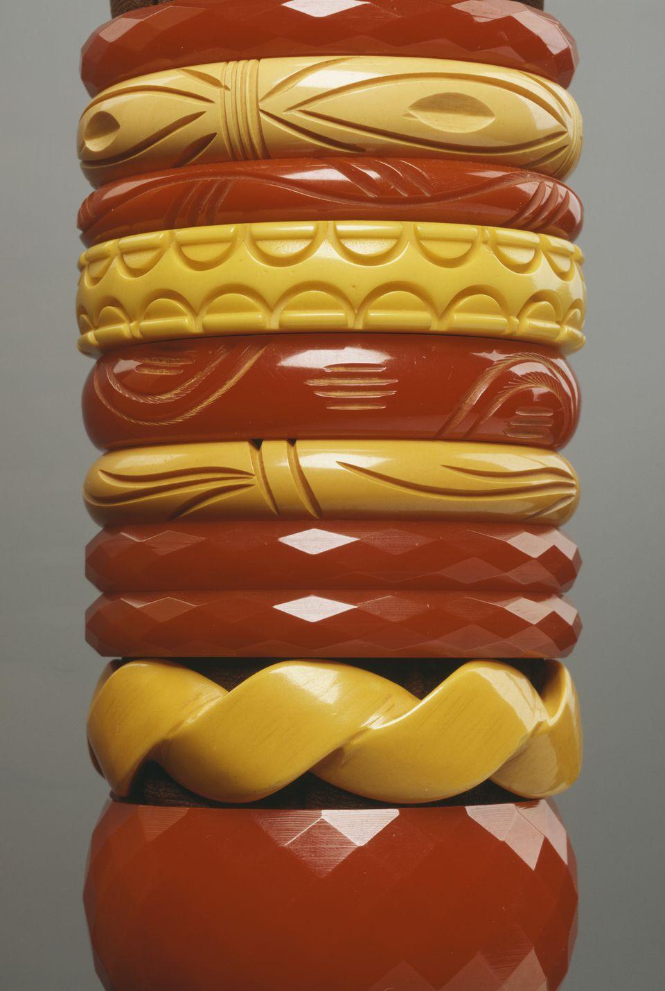 Vintage bakelite jewelry definition